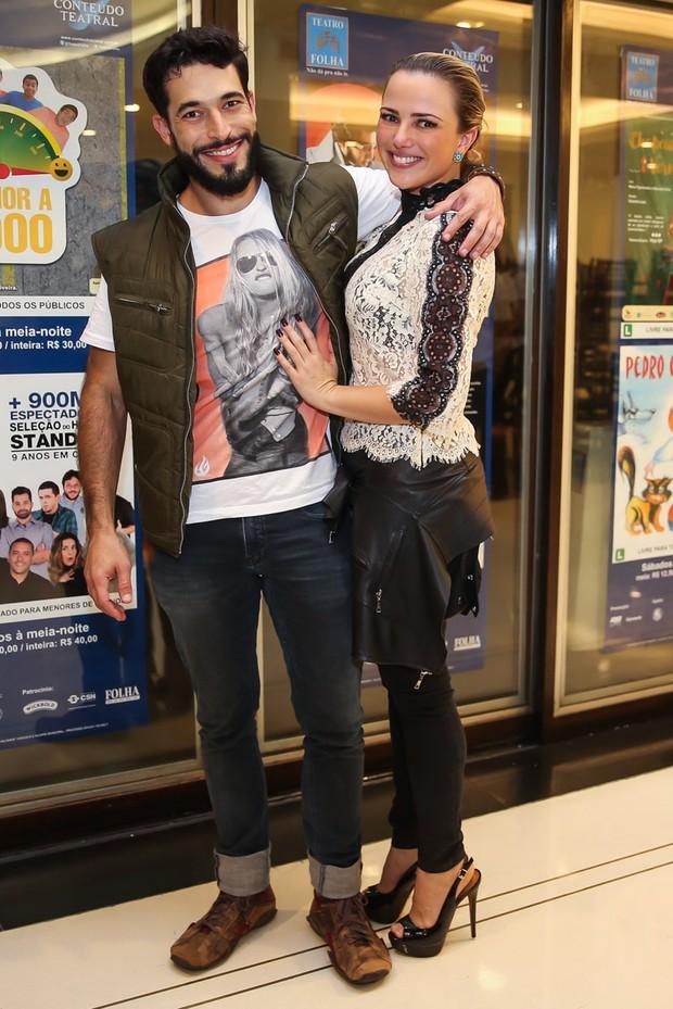 Natallia Rodrigues e o namorado, Pedro Henrique Moutinho, em estreia de peça em São Paulo (Foto: Manuela Scarpa/Brazil News)