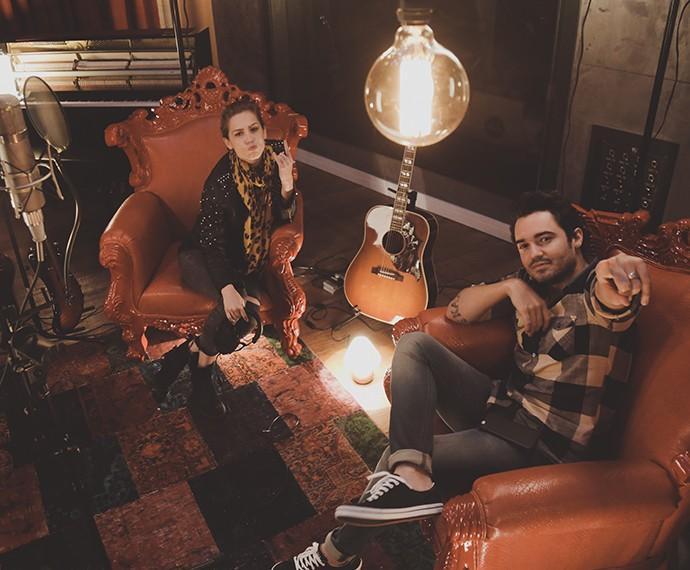 Sophia e Sorocaba no estúdio durante a gravação do álbum (Foto: Cadu Fernandes/Divulgação)