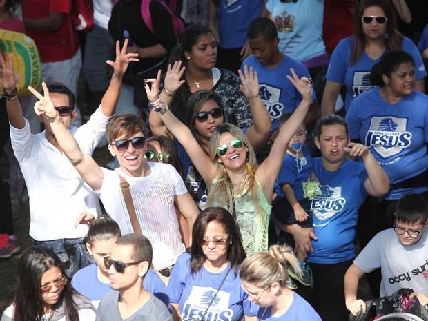 Fiéis posam em meio à multidão na Marcha para Jesus, em São Paulo (Foto: Marcelo Brandt/G1)