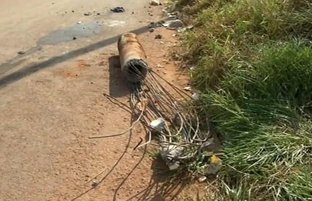 Poste foi arrancando e energia acabou cortada em bairro de Luziânia, Goiás (Foto: Reprodução/TV Anhanguera)
