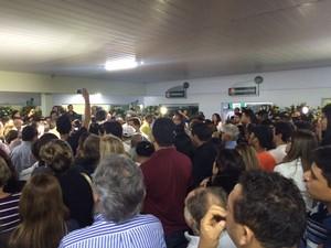 Enterro do jornalista Marcolino Junior reuniu dezenas de pessoas em Caruaru (Foto: Lélio Pagioro/TV Asa Branca)