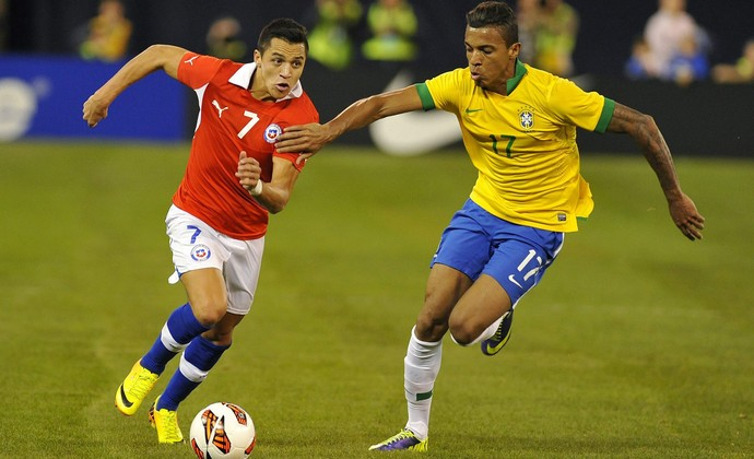 Alexis Sánchez e Luiz Gustavo Brasil x Chile (Foto: EFE)
