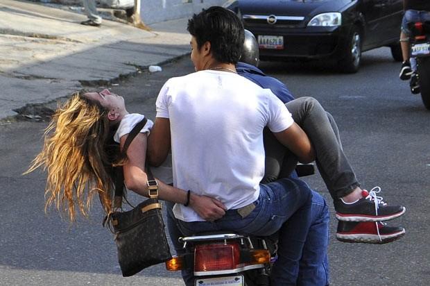 Génesis Carmona é socorrida nesta terça-feira (18) após ser baleada em protesto em Valencia, na Venezuela (Foto: Mauricio Ceneno-Notitarde/Reuters)