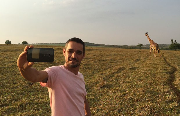 Nemer não perdeu a oportunidade de tirar um selfie com a Loira (Foto: Divulgação | Tô Indo)