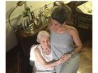 Kelly Key posa ganhando carinho da avó do marido na barriga