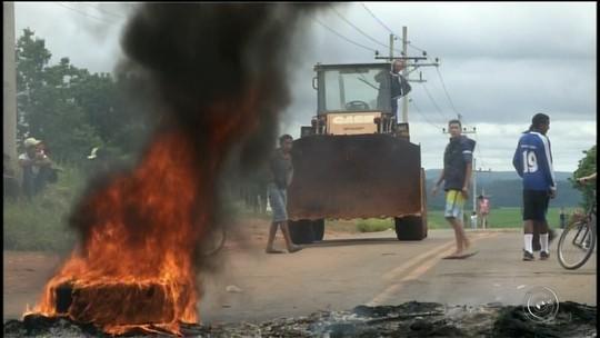 Moradores voltam a interditar estrada municipal de Itapeva em protesto