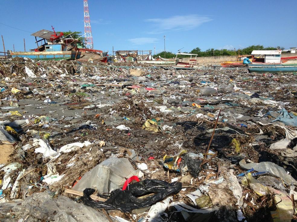 Pescadores dizem que trabalham em meio ao lixo (Foto: Natália Normande/G1)