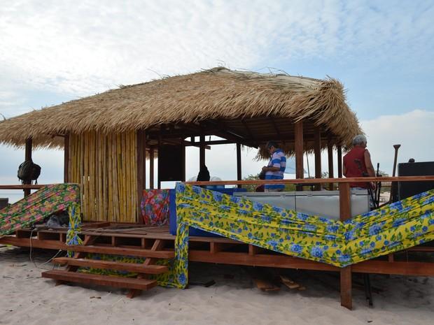 Barraca foi construída com madeira de lei e paredes de bambu (Foto: Karla Lima/G1)