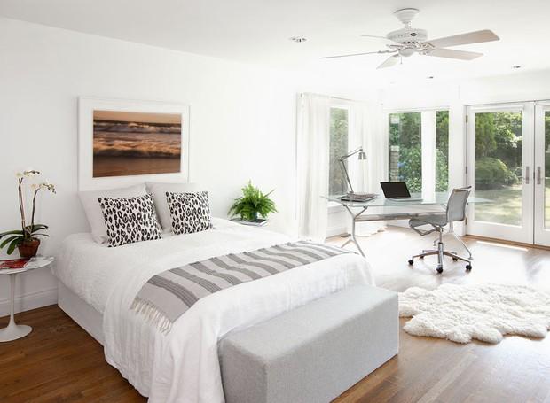 casa-de-campo-nova-york-southampton-cecilia-dupire-quarto-neutro-janelas-jardim-madeira-quadro (Foto: Costas Picadas/Divulgação)