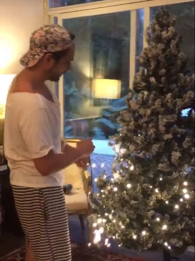 Igor Rickli decora árvore de Natal (Foto: Reprodução/Instagram)