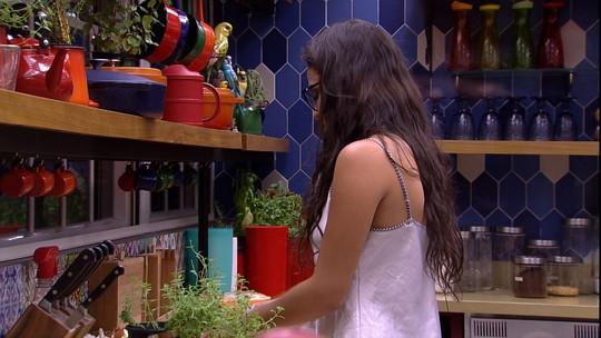 Emilly corta tomate na cozinha e ouve alerta de Marcos