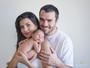 Mariana Felício e Daniel Saullo posam com a filha recém-nascida