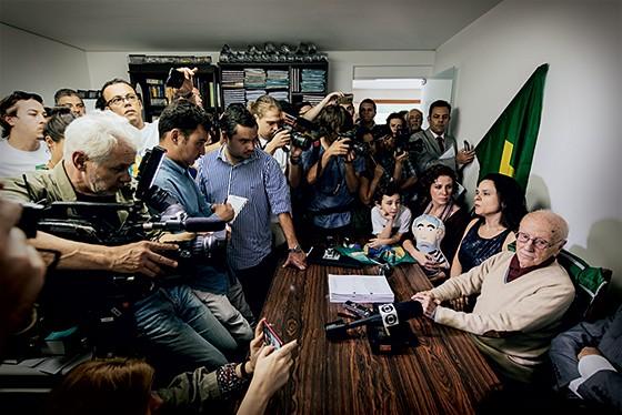 Hélio Bicudo na assinatura do pedido de impeachment  (Foto: Filipe Redondo/ÉPOCA)