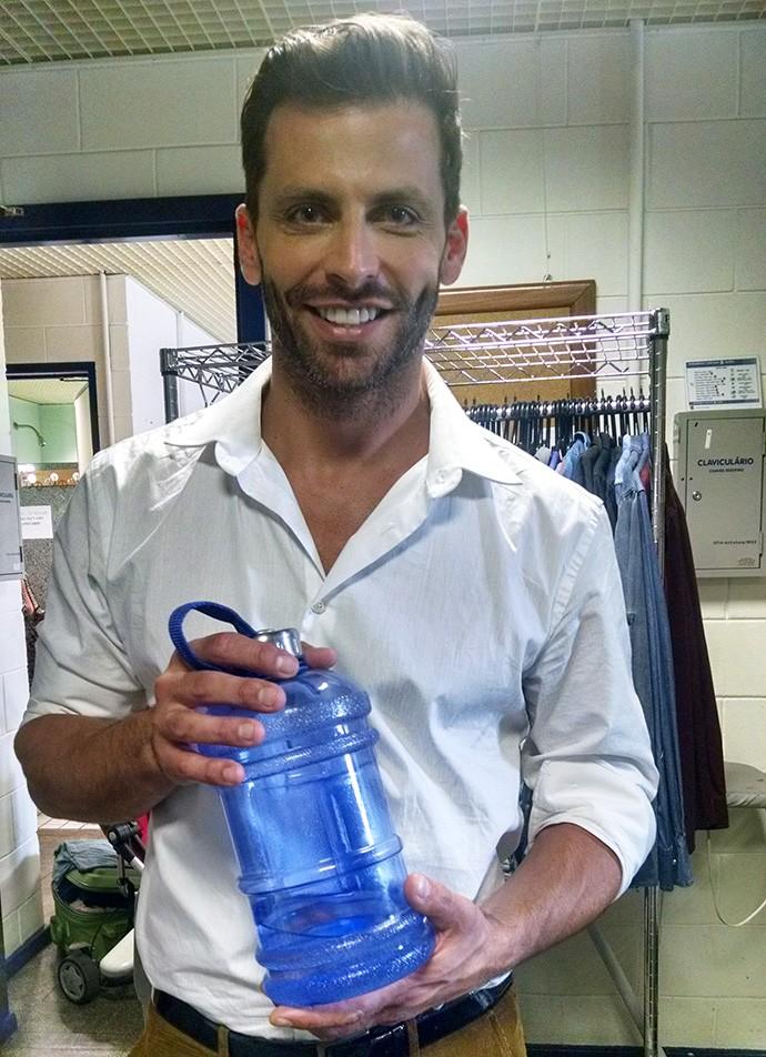 Henri Castelli leva galão de água para todos os lugares (Foto: Carolina Berger/Gshow)
