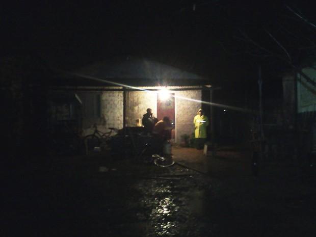 Incêndio atintiu casa e três pessoas morreram em Guaíba (Foto: Vanessa Felippe/RBS TV)