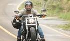 Bruno Gagliasso pilota moto em cenas da trama (Gshow/Raphael Dias)