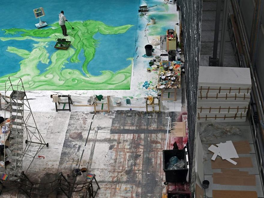 Chris Ofili trabalhando em um de seus enormes murais. (Foto: Reprodução)