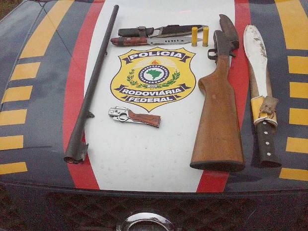PRF apreendeu também espingardas e facas. (Foto: Divulgação / PRF)