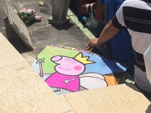Pipas com os personagens Peppa e George foram enterradas junto com o menino Gabriel no Rio (Foto: Mariana Cardoso/G1)
