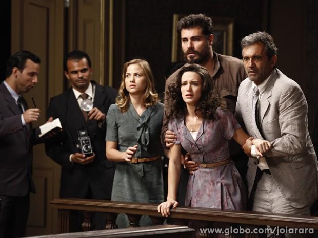 Amélia fica desesperada ao ouvir a sentença do marido (Foto: Inácio Moraes/TV Globo)