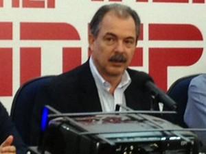 O ministro da Educação, Aloizio Mercadante, em coletiva de imprensa nesta sexta (2) (Foto: Iara Lemos/G1)