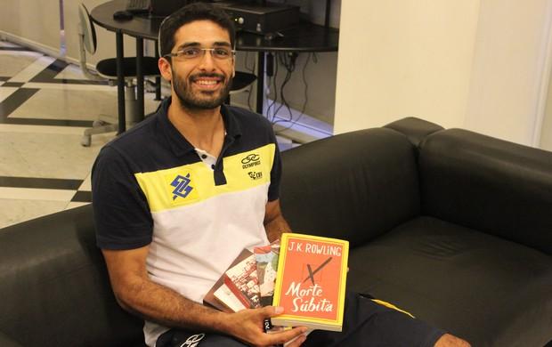 Thiago Alves seleção vôlei livros (Foto: Rogério Lauback/CBV)