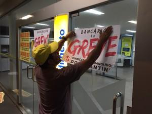 Em Araguaína, bancários colocaram cartazes informativos em agência (Foto: Phablo Martins)