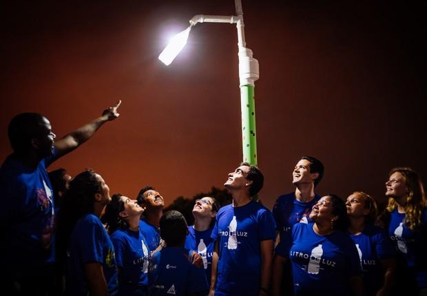 Iniciativa Litro de Luz que usa garrafas plásticas para criar luminárias (Foto: Kit Reyes/Shutter Republic)