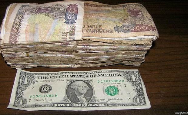 A cédula de 10 mil francos guineanos e seu equivalente em dólar americano  (Foto: Wikipedia/BBC)