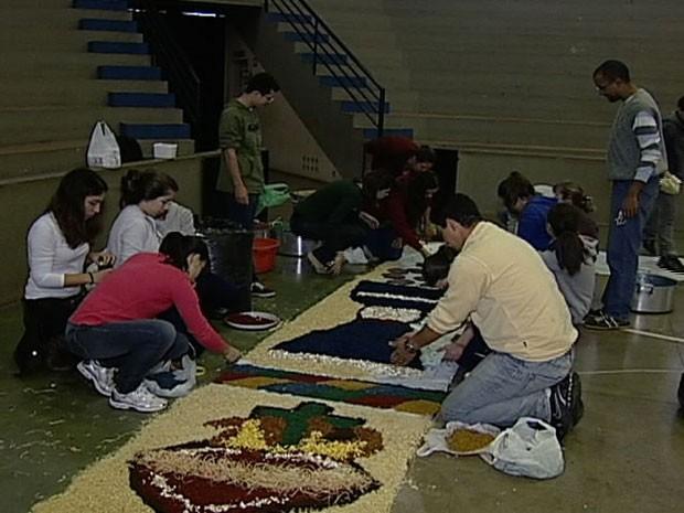 Fiéis confeccionaram tapetes artísticos em diversas cidades (Foto: Reprodução / TV Integração)