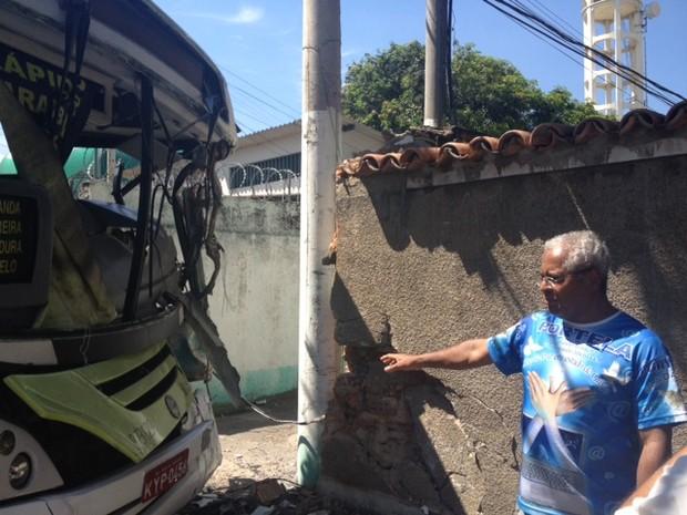 Aposentado teve muro de casa atingida por ônibus em Madureira (Foto: Guilherme Brito/G1)