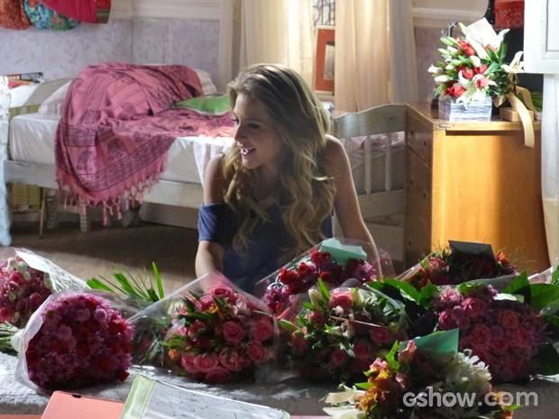 Sofia encantada com as flores  (Foto: Malhação / TV Globo)
