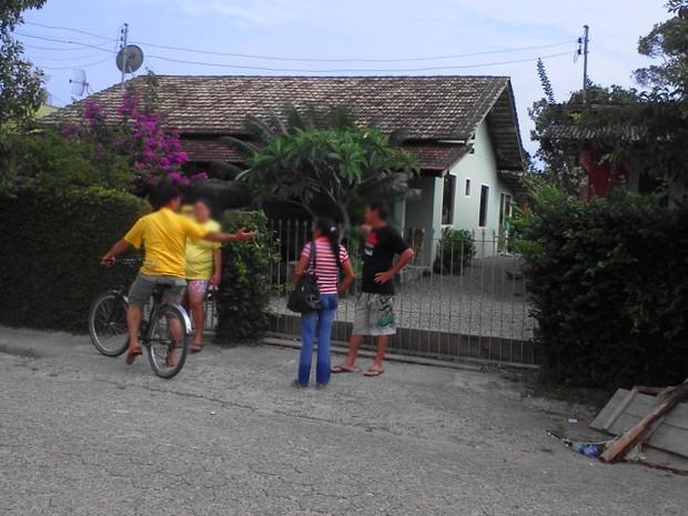 Vizinhos chamaram a Polícia Militar e Corpo de Bombeiros (Foto: Jeferson Acevedo/RBS TV)
