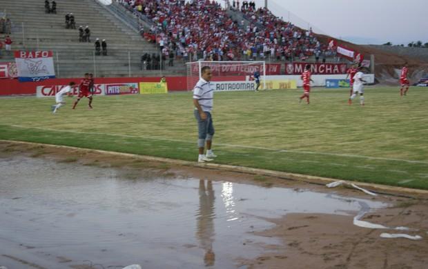 Poça de lama foi formada na área técnica do Potiguar de Mossoró, no Barretão (Foto: Augusto Gomes)