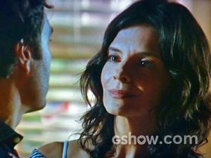 Verônica encontra Laerte chorando no quarto de Helena (Foto: Em Família/ TV Globo)