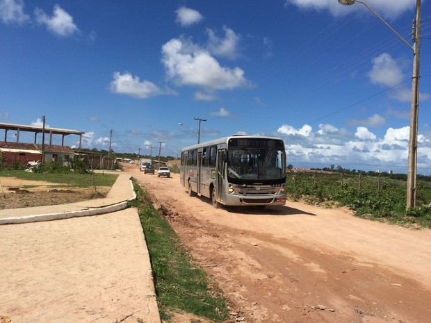 Conjuntos foram contruidos no entorno da obra e veículos passam pela via inacabada (Foto: Carolina Sanches/G1)