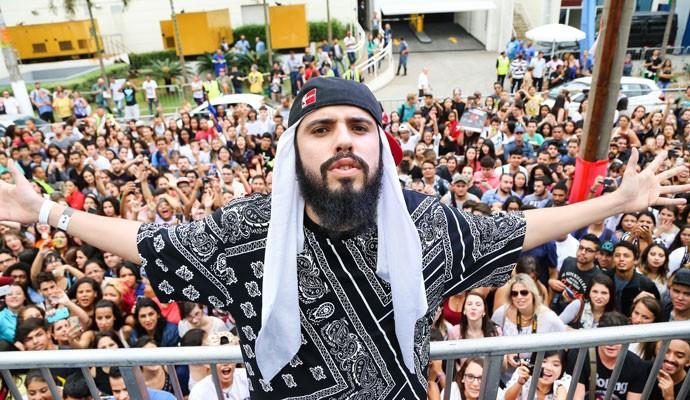 O rapper Mussoumano na entrada do YouTube FanFest Brasil, em São Paulo