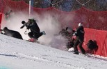 Esquiadora suíça cai e atropela fotógrafos no slalom gigante (reprodução/vídeo)