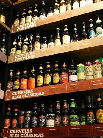 Gôndolas separam as cervejas por categorias (Foto: Divulgação/Clube do Malte)