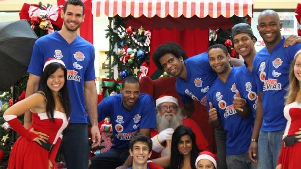 Alex, Nilson, Dedé (embaixo), Cleiton, Andrezinho, Quintiliano e Gaspar com o Papai Noel (Foto: Reprodução / Facebook)