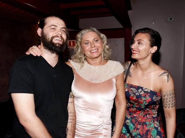 Vera Fischer e os filhos, Gabriel e Rafaela, em estreia de peça na Zona Sul do Rio (Foto: Marcos Ferreira/ Brazil News)