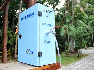 Equipamento utiliza energia solar para funcionar e torna portável água de rios, chuvas e poços (Foto: Jamile Alves/G1 AM)