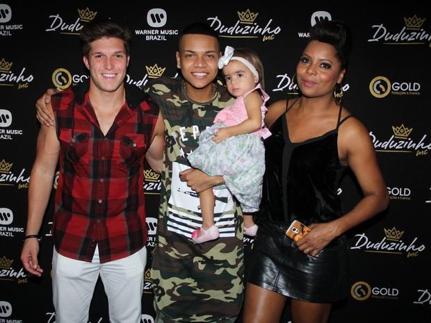Gabriel Mandergan , MC Duduzinho com a filha, Lara, e Adriana Bombom em bastidores de show na Zona Norte do Rio (Foto: Divulgação)
