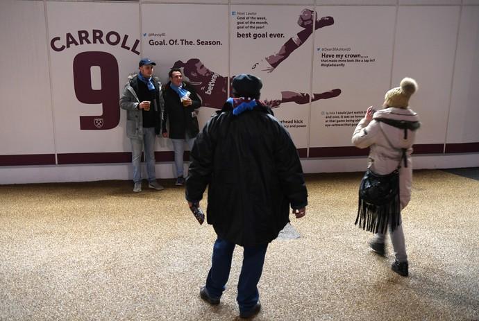 andy carroll no painel do estádio olímpico de londres, west ham (Foto: Mike Hewitt/Getty Images)