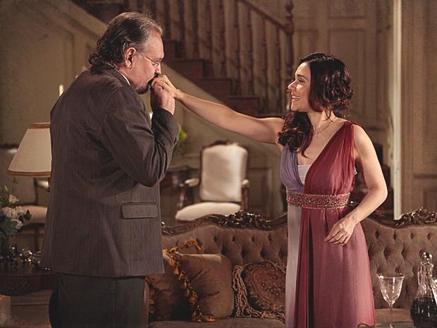 Catarina recebe jornalista em sua casa e tenta convencê-lo (Foto: Lado a Lado / TV Globo)