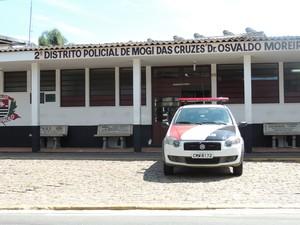 Vítima procurou a polícia após ser liberada por assaltantes, em Mogi das Cruzes (Foto: Gabriela Stuart/G1)