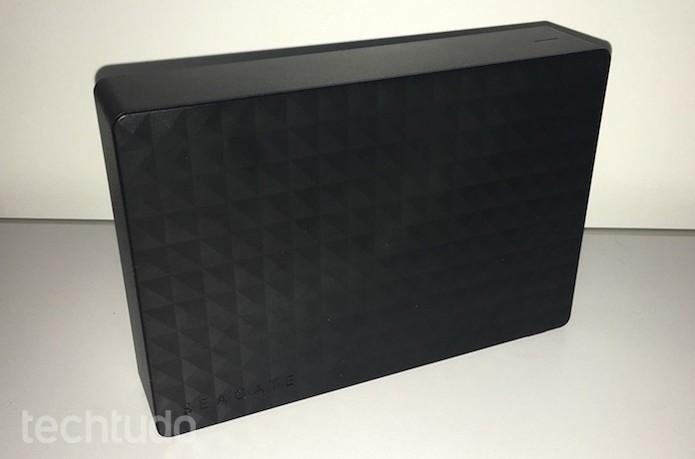HD externo de 4 TB tem acabamento em plástico com texturas nas laterais (Foto: Helito Bijora/TechTudo)