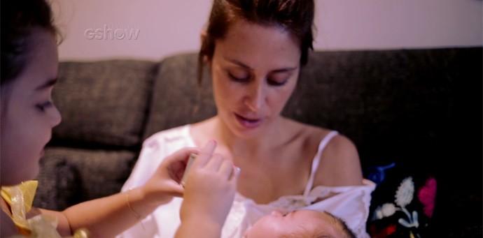Dani Monteiro com os filhos Maria, de 4 anos, e Bento, de 6 meses (Foto: Gshow)