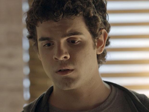 Bernardo ouve tudo e se revolta (Foto: TV Globo)