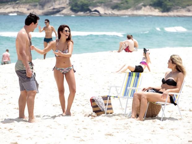 Fernanda Paes Leme se diverte com os colegas de cena (Foto: Salve Jorge/TV Globo)
